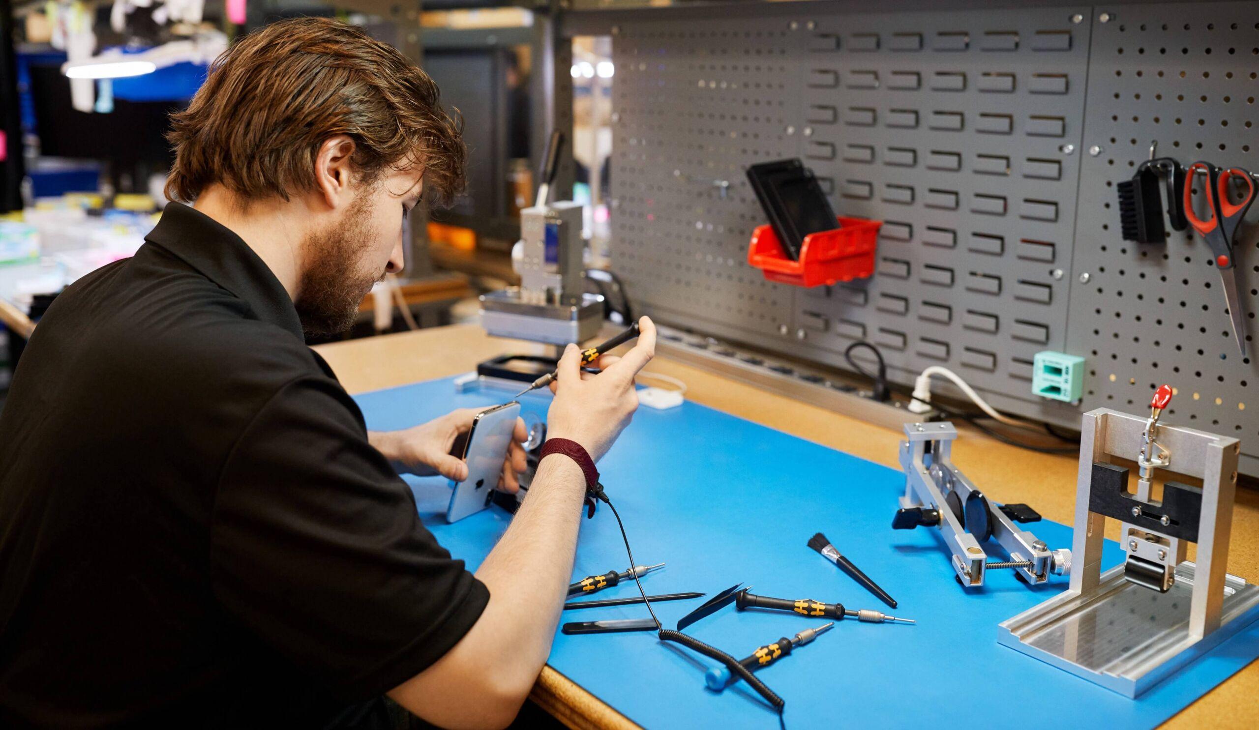 специалист по ремонт у айфона
