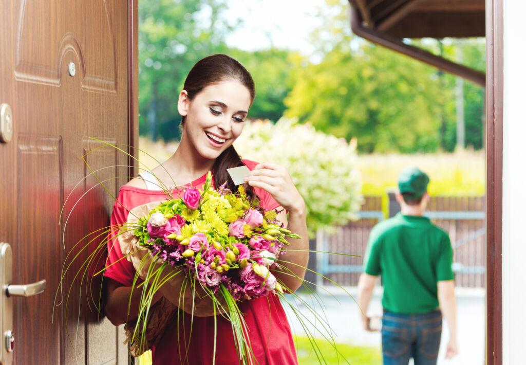Доставка цветов по адресу - это современная услуга, которая позволяет подарить любому человеку на требуемый повод привлекательную цветочную композицию или букет прямо на дом, в офис или в другое место. Службы доставки предоставляют услуги грамотных флористов, поэтому можно не только выбрать готовую цветочную композицию, но и собрать ее под свои требования, чтобы получить привлекательность, правильный эмоциональный эффект.  К тому же доставка цветов https://cvetyvalmaty.kz/vypiska может предоставляться под любые поводы, например, специально для выписки из больницы, организации выпускного вечера, в качестве извинения, знака внимания, для Дня Рождения и так далее. Цветы можно дарить с поводом и без него, чтобы предоставить положительные эмоции и хорошее настроение, но есть определенные правила выбора, которые нельзя оставить без внимания.  Особенности доставки  Доставка цветов по нужному адресу - это всегда интересно и удобно, поскольку специалисты внимательно продумали схему доставки в короткие сроки или строго в установленное клиентом время. А за счет услуг флориста готовые композиции будут сочетать в себе красоту, приятную атмосферу и прочие немаловажные свойства. В целом, услуга по доставке цветов по адресу сочетает в себе следующие преимущества:  Предоставляется большой выбор цветов и готовых композиций, что позволяет выбрать букет под любые требования. Предоставляется высокое качество и последовательность в сборке букета. Обеспечивается выгодная стоимость под все поставленные запросы. В штате работают оперативные курьеры, способные организовать доставку в нужные сроки.  Правильный выбор цветов и букетов для доставки по адресу - это возможность получить нужный эффект от интересного оформления и общего состояния композиции.